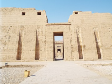Medinet Habu-ramses iii-temple-in-Luxor-Egypt2