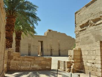 Medinet Habu-ramses III-temple-in-Luxor-Egypt2